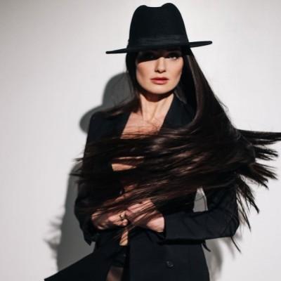 Почему стоит выбирать Picture Perfect Wigs? ⠀ 1. Ручная работа. Мы не используем клей, каждый волос пришивается вручную. ⠀ 2. Уникальная основа парика - ультратонкая швейцарская кружевная сеточка. ⠀ 3. 3д имитация кожи головы - пробор идентичен вашему. ⠀ 4. 100% натуральные волосы премиум класса. ⠀ Picture Perfect Wigs - это индивидуальный сервис, доставка по всему миру и конфиденциальность🤍
